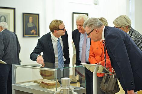"""Freundeskreis unterstützt Ausstellung """"Salutem et Felicitatem!"""" 2012 Der Leiter des Leopoldina-Archivs Danny Weber mit Horst Dietz und Kloevekorn-Norgall (von links nach rechts). Foto: Markus Scholz"""