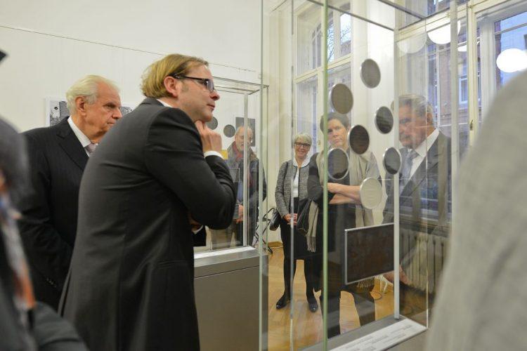 Gemeinsamer Jahresempfang 2016 Dr. Weber erläutert einige Ausstellungsstücke, anlässlich einer exklusiven Führung durch die Medaillenausstellung Foto: Markus Scholz