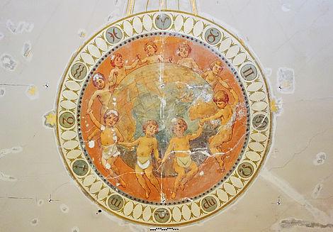 """Rekonstruktion des historischen Ritualraums 2017 Neun mit Maurerschurz bekleidete Putti in Reigen um Globus, als """"Weltumspannende Bruderkette"""""""