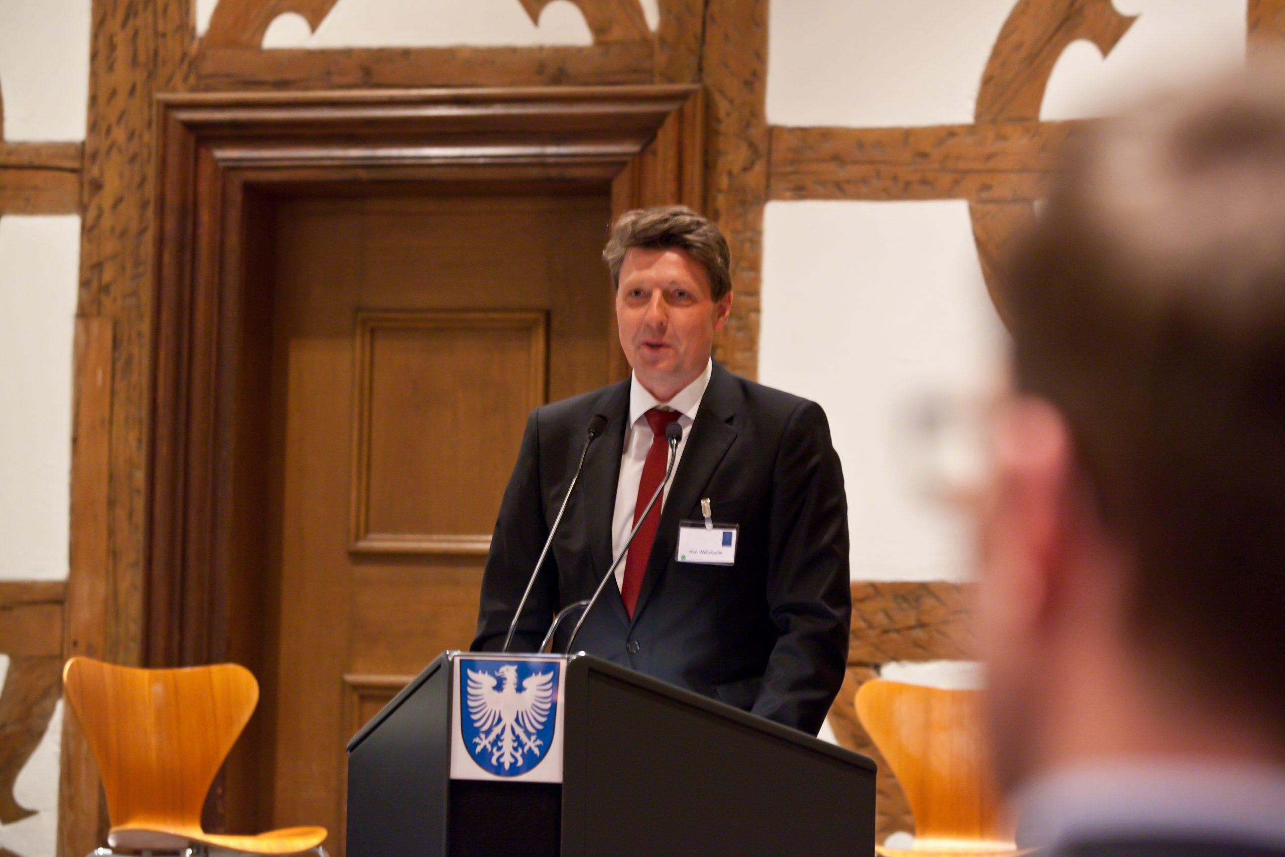 Ralf Wehrspohn führte in die Thematik ein und stellte die Referenten vor. Foto: Pressebüro Stefan Pfister/Schweinfurt