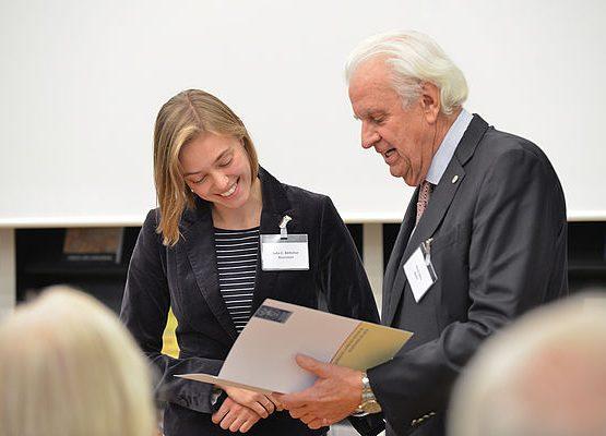Horst Dietz überreicht Julia Böttcher die Urkunde. Foto: Markus Scholz