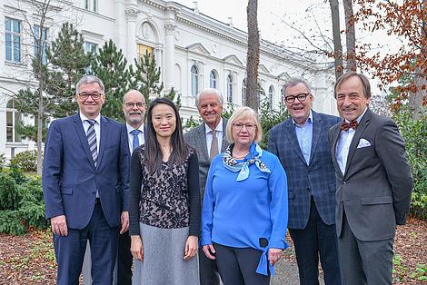 Wenrui Zhao (r.) erhielt anlässlich der Vorstandssitzung des Leopoldina Akademie Freundeskreis von dessen Vorstandsvorsitzunden Dr. Dietz das Johann-Lorenz-Bausch-Stipendium 2019 verliehen.