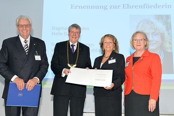 Horst Dietz, Jörg Hacker, Dagmar Szabados und Jutta Schnitzer-Ungefug (von links) bei der Ernennung zum Ehrenförderer der Leopoldina. Foto: Leopoldina / David Ausserhofer