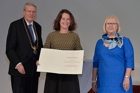Prof. Dr. Jörg Hacker, Prof. Dr. Jutta Schnitzer-Ungefug und Preisträgerin Monika Schönauer Foto: Christof Rieken/Leopoldina