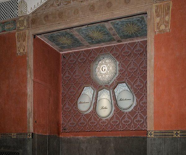 Die Glasscheibe in der Altarnische des ehemaligen Ritualraums