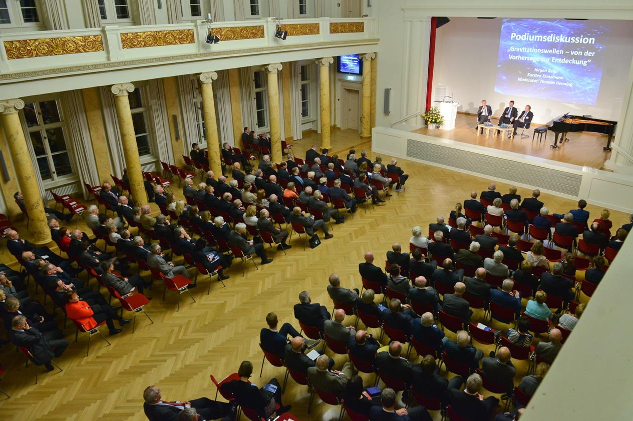 Blick auf das Podium Foto: Markus Scholz