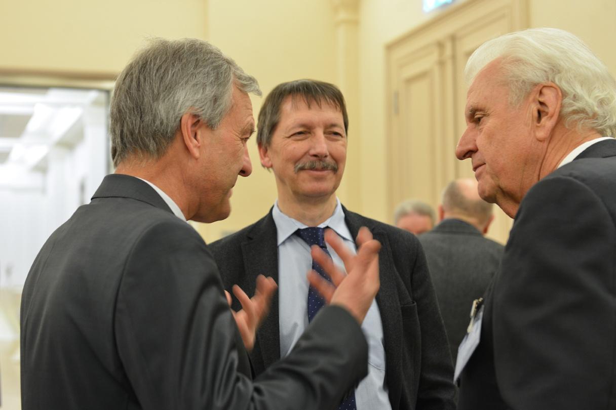 Horst Dietz im Gespräch mit den Referenten Thomas Henning und Karsten Danzmann (v. r.)