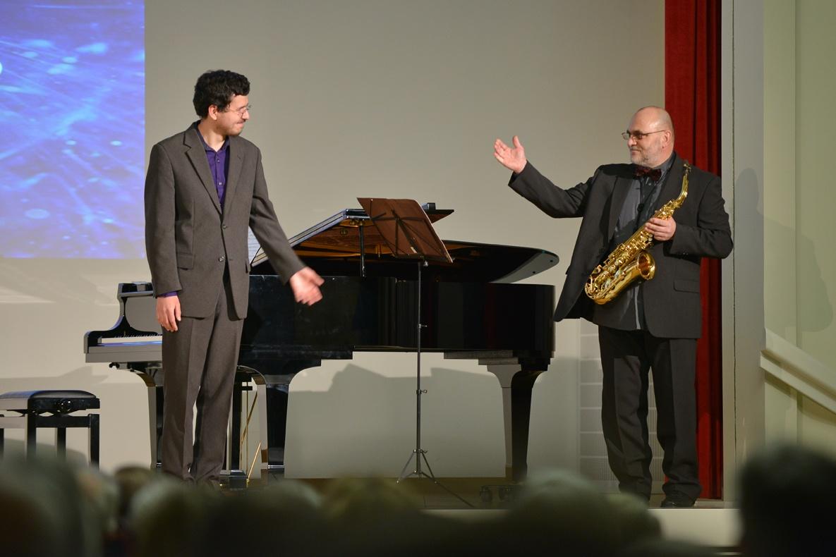 Die Musiker Vasily Gvozdetsky und Johannes Reiche (v. l.) eröffneten die Veranstaltung Foto: Markus Scholz