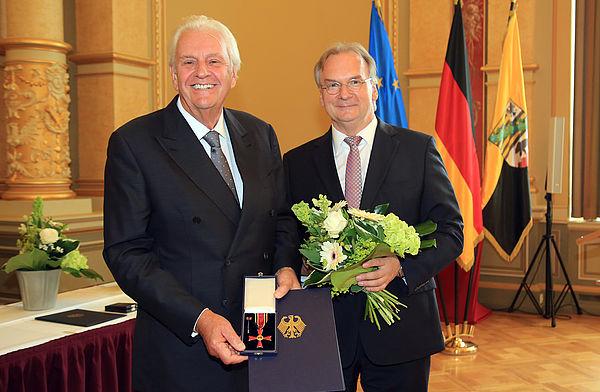 Ministerpräsident Reiner Haseloff (rechts) überreichte Dr.-Ing. Horst Dietz das Verdienstkreuz. Foto: Victoria Kühne