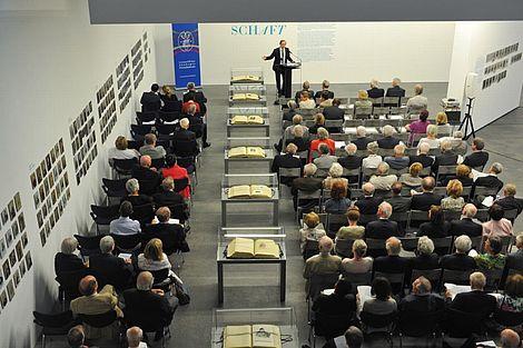Das Antlitz der Wissenschaft 2012 Dr. Danny Weber spricht zur Ausstellung Foto: Markus Scholz