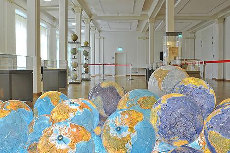 Ausstellung 2013 Globeninstallation von Mathias Willvonseder Foto: Markus Scholz