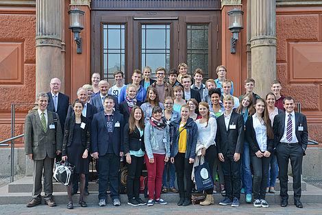 Schülerprogramm 2014 in Rostock Gruppenbild vor der Universität Rostock - Foto: Markus Scholz
