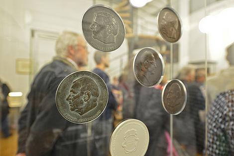 Ausstellungskatalog zur Medaillengeschichte 2015 Blick in die Ausstellung Foto: Markus Scholz
