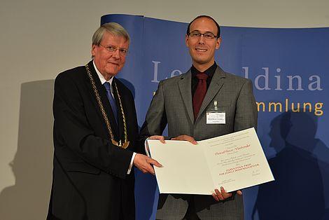 Freundeskreis unterstützt Preis für junge Wissenschaftler 2015 Prof. Dr. Jörg Hacker und Preisträger Pascal Beese-Vasbender Foto: Christof Rieken