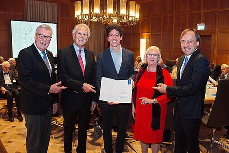 Verleihung des Johann-Lorenz-Bausch-Stipendiums 2018 Mattia Mantovani (3.v.r.) erhielt anlässlich der Mitgliederversammlung des Leopoldina Akademie Freundeskreises von dessen Vorstand das Johann-Lorenz-Bausch-Stipendium 2018 verliehen.