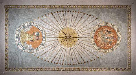 Fertigstellung des historischen Ritualraums 2018 Freigelegte Motive an der Decke. Ost-Kreis: Kniende weibliche Figur, West-Kreis: Putti umspannen die Weltkugel, Zentralmotiv: Kompass-Sonne