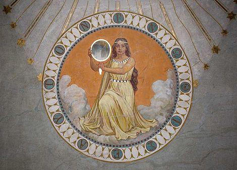 """Fertigstellung des historischen Ritualraums 2018 Kniende weibliche Figur, die dem Betrachter einen goldgerahmten """"Spiegel der Selbsterkenntnis"""" entgegenhält. Freigelegter Zustand"""